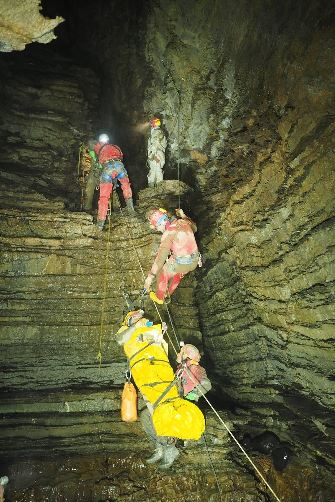 Спасители в Граничарската пещера.