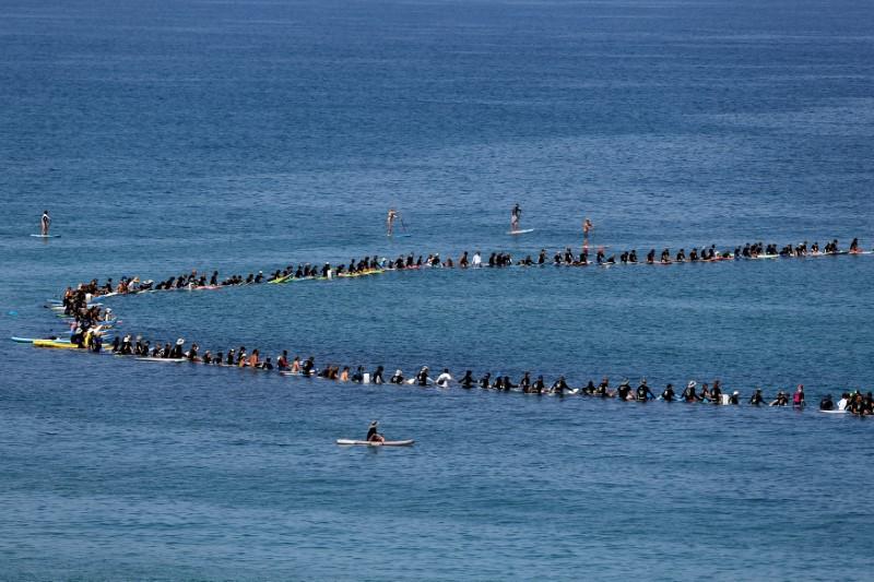 Израелци караха сърф в знак на протест