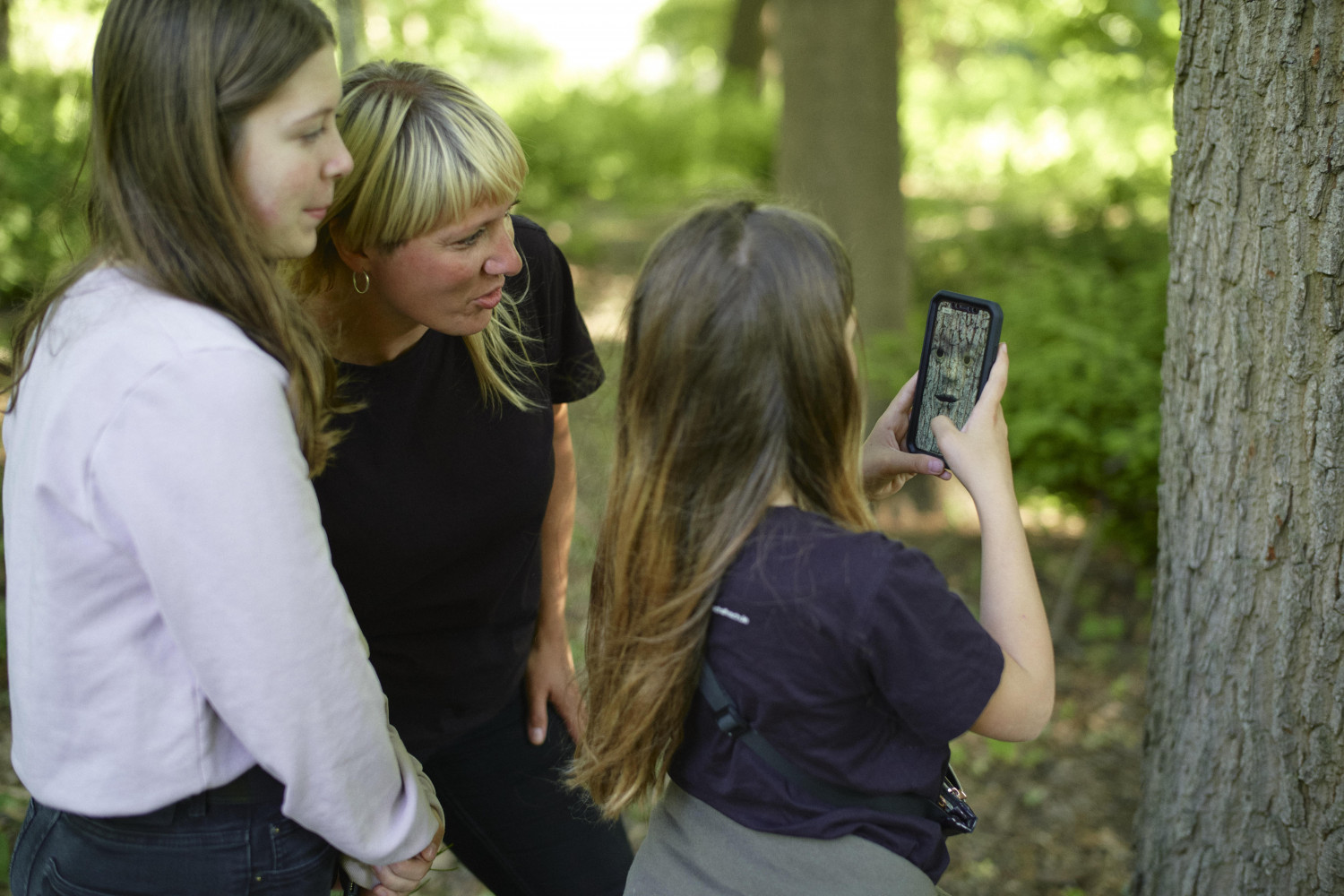 mother-and-daughters-using-earth-speakr-app-02
