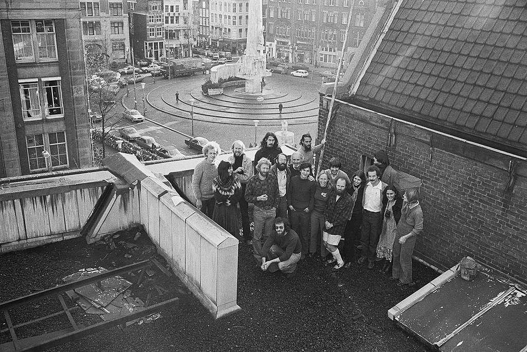 """Участници в първата международна среща на """"Грийнпийс"""" на покрива на офиса на организацията в Амстердам. © Greenpeace / Rex Weyler"""