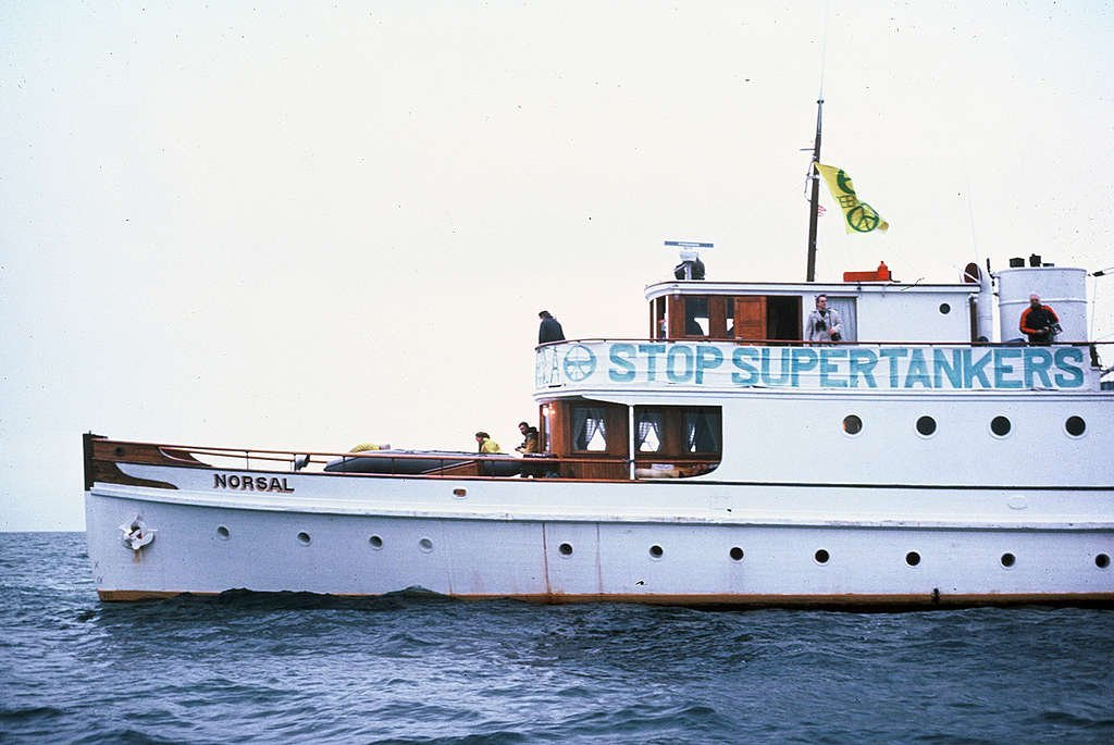 """Корабът """"Норсал"""" на """"Грийнпийс"""" по време на """"Пробната блокада"""" на петролния танкер """"Сан Диего"""" в протока Хуан де Фука между Канада и САЩ. © Greenpeace / Rex Weyler"""